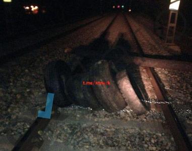 Neumáticos encadenados en las vías en Cardedeu (Barcelona)