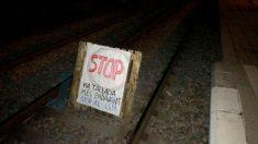 Palé con cartel contra el 155 colocado en la vía