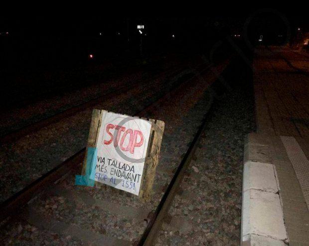 Intento de sabotaje con un palé en el que figura un cartel de protesta contra el 155.
