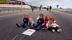 Cinco niños en mitad de una carretera con un cartel de los 'Jordis', durante la huelga convocada por el asesino de Terra Lliure Carles Sastre.