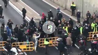 Así reprimen unos mossos al ciudadano que se enfrenta a un piquete separatista por cortar una carretera