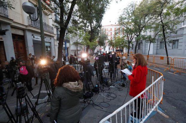 Numerosos medios de comunicación esperan desde primeras horas de la mañana en la puerta del Tribunal Supremo donde el juez Pablo Llarena interrogará hoy a la presidenta del Parlament, Carme Forcadell, y cinco miembros de la Mesa de la Cámara. Foto: EFE