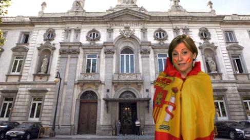 Carme Forcadell se envuelve en la bandera española, ante el Tribunal Supremo.