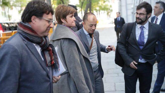 Joan Josep Nuet y Anna Simó, dos de los miembros de la Mesa del Parlamente, a su llegada al Tribunal Supremo para prestar declaración ante el juez Pablo Llarena por la declaración unilateral de independencia de Cataluña. Foto: EFE