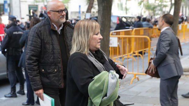 Lluis Corominas y Ramona Barrufet, dos de los miembros de la Mesa del Parlamente, a su llegada al Tribunal Supremo para prestar declaración ante el juez Pablo Llarena. Foto: EFE