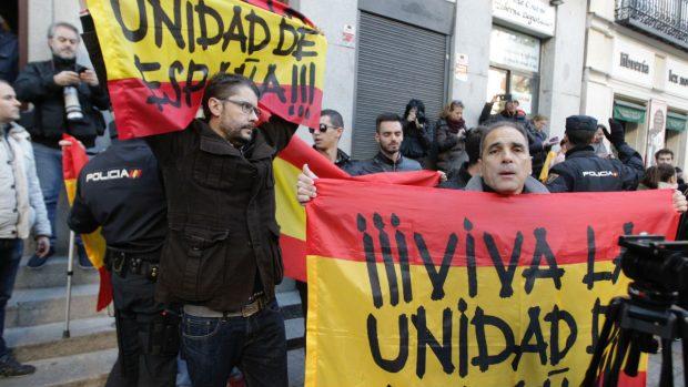 La policía desaloja a una decena de manifestantes que protestan con banderas españolas. Foto: Francisco Toledo