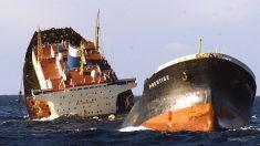 El petrolero Prestige partido en dos frente a las costas gallegas en 2002.