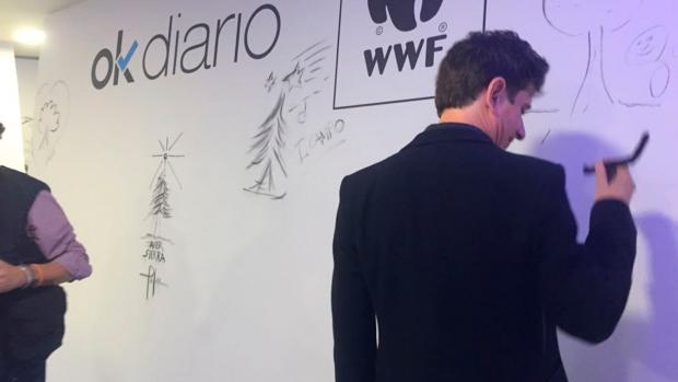 Gabino Diego firmando el tablón del OKRÉCORD
