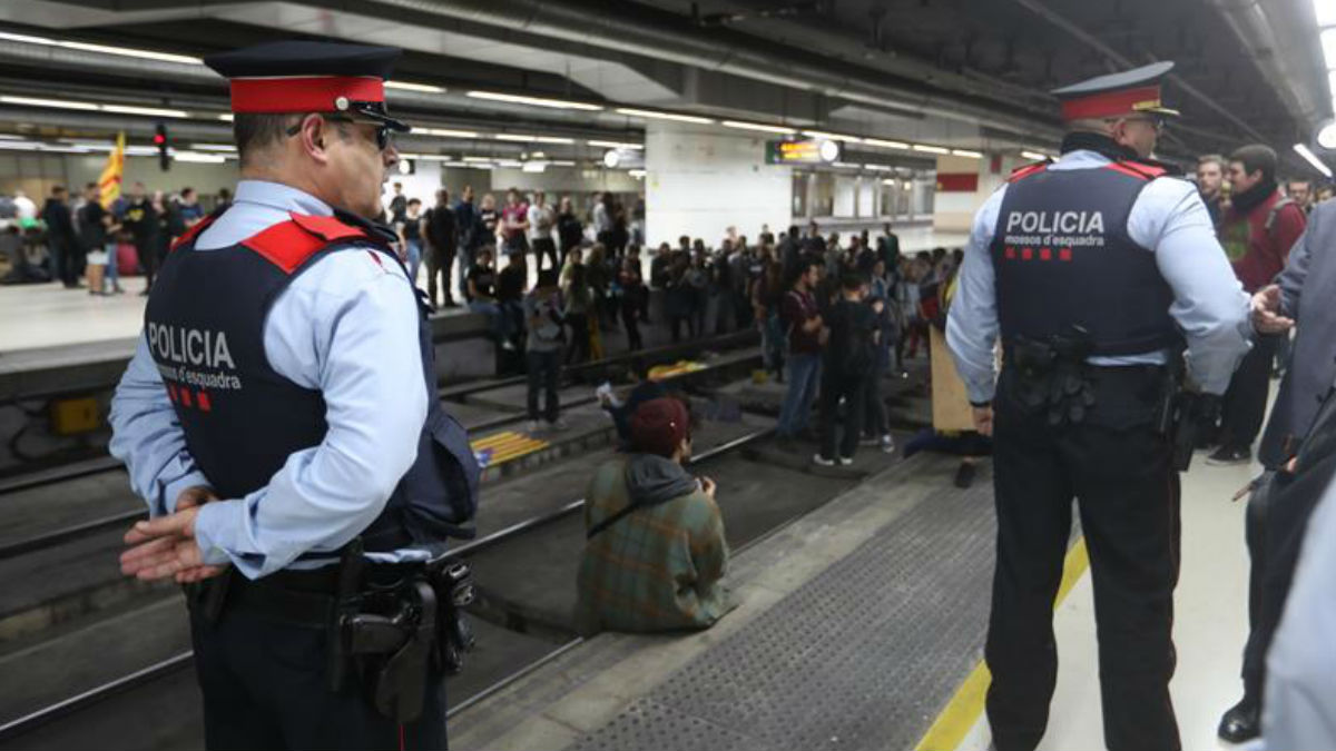 Mossos en la estación del AVE de Barcelona.