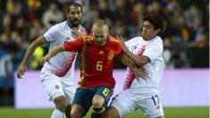 España estrena la camiseta más polémica. Iniesta la luce ante Costa Rica. (AFP)