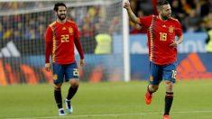 Isco y Alba lucen la nueva camiseta de la selección española en Málaga. (AFP)