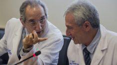 El gerente del Hospital Vall d'Hebrón de Barcelona, el doctor Vicenç Martinez y  el jefe de Cirugía Cardíaca, Alberto Igual. (Foto: EFE)