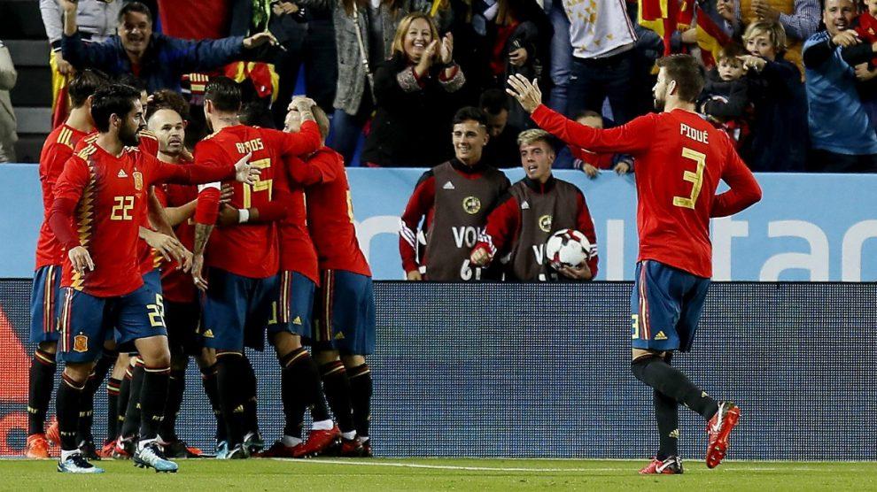 Los jugadores de España celebran uno de los goles. (EFE)