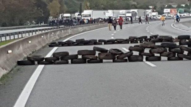 Barrera de neumáticos en una autopista el 8-N