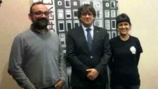 Carles Puigdemont este viernes en Bruselas, con los miembros de la CUP Anna Benet Salellas y Anna Gabriel.