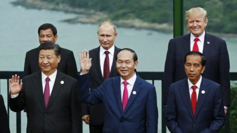 Rodrigo Duterte y Donald Trump, en la fila de atrás. Foto: AFP
