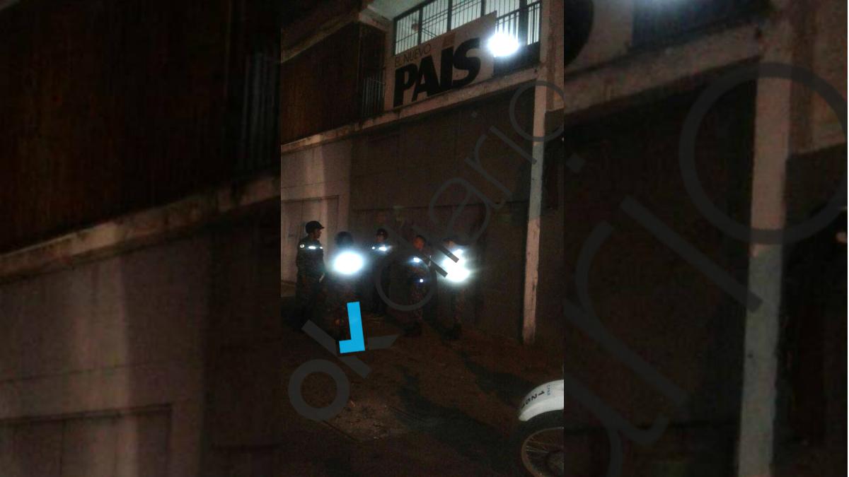 Agentes de la Guardia Nacional y de la Policía Nacional de la dictadura venezolana cercan la sede de 'El Nuevo País' y 'Zeta' en Caracas. (OKD)