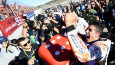 Marc Márquez celebra su cuarto mundial de Moto GP con un dado gigante en Valencia. El más joven en hacerlo. (AFP)