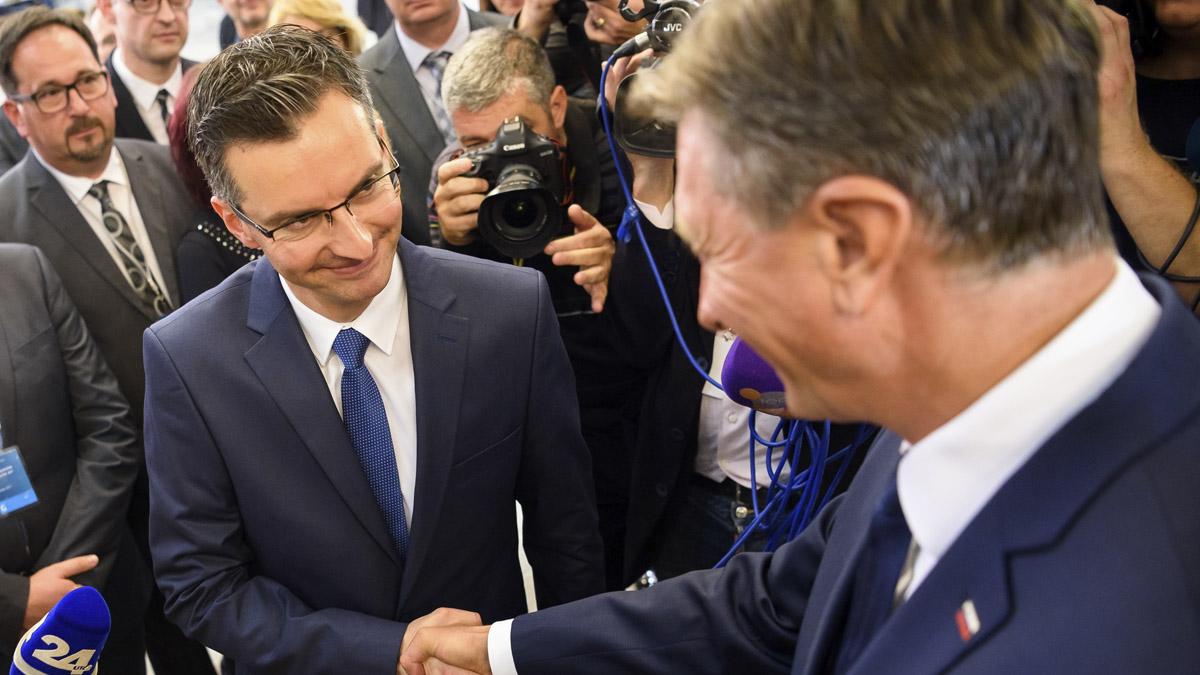 Marjan Sarec estrecha la mano con Borut Pahor (Foto: AFP)