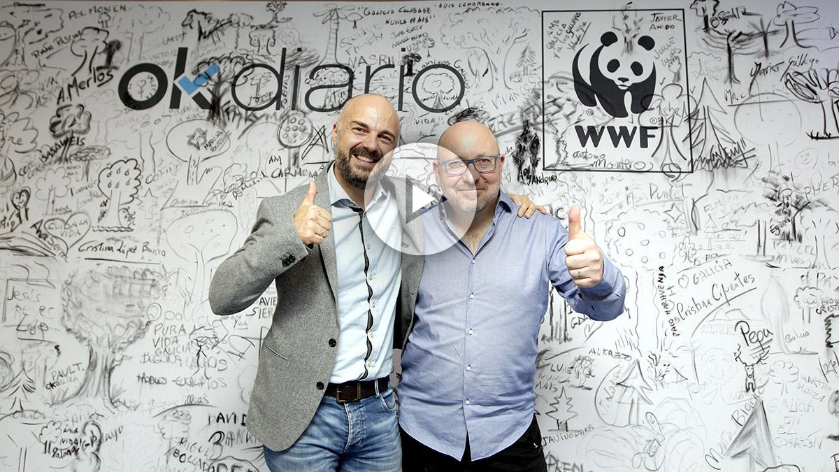 Javi Nieves y Javier Capitán, ante el mural solidario de OKDIARIO. (Foto: F. Toledo. Vídeo: E. Falcón)