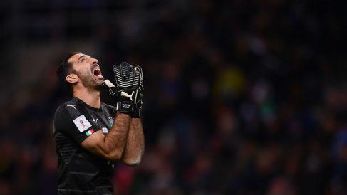 Buffon se lamenta durante el Italia-Suecia. (AFP)