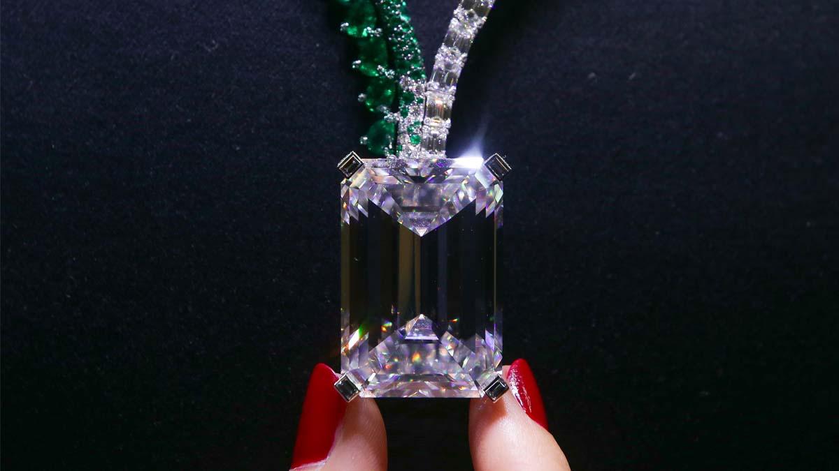 El extraordinario diamante de 163,41 quilates, sin defectos, colgado de un collar de esmeraldas y diamantes llamado The Art of Grisogono. Foto: AFP