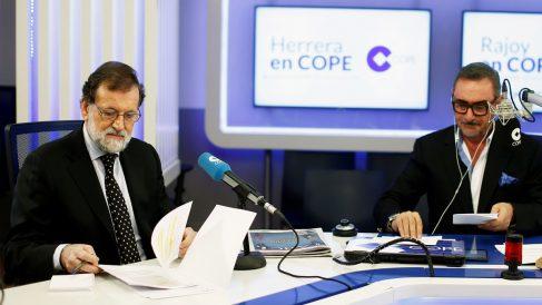 Mariano Rajoy entrevistado en COPE por Carlos Herrera. (Foto: EFE)