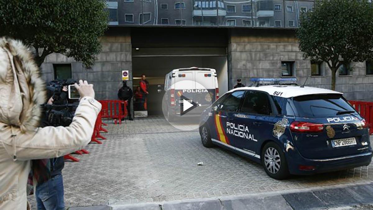Los acusados, conocidos como 'la manada', entran en un furgón policial al palacio de Justicia de Pamplona. (EFE)