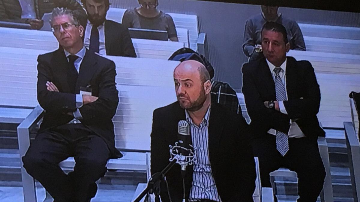 El guardia civil de la UCO Talamino declara en el juicio, mientras Francisco Granados (izqda.) atiende.