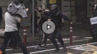 Independentista  empujando a la policía el 1-O