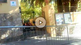 Niños de primaria entonan el cántico de los independentistas en el patio de un colegio público