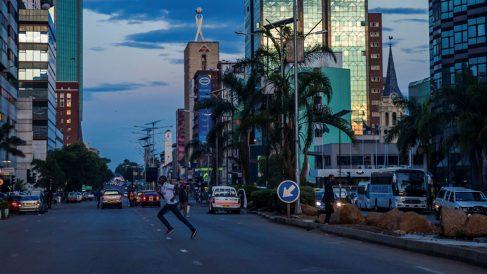 Un hombre cruza una calle en la noche del 15 de noviembre en Zimbabwe (Foto: AFP)