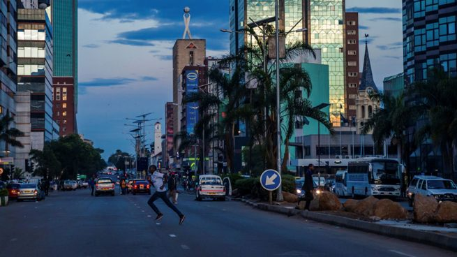 Las juventudes del partido de Mugabe piden perdón por criticar al ejército la víspera de la toma de control