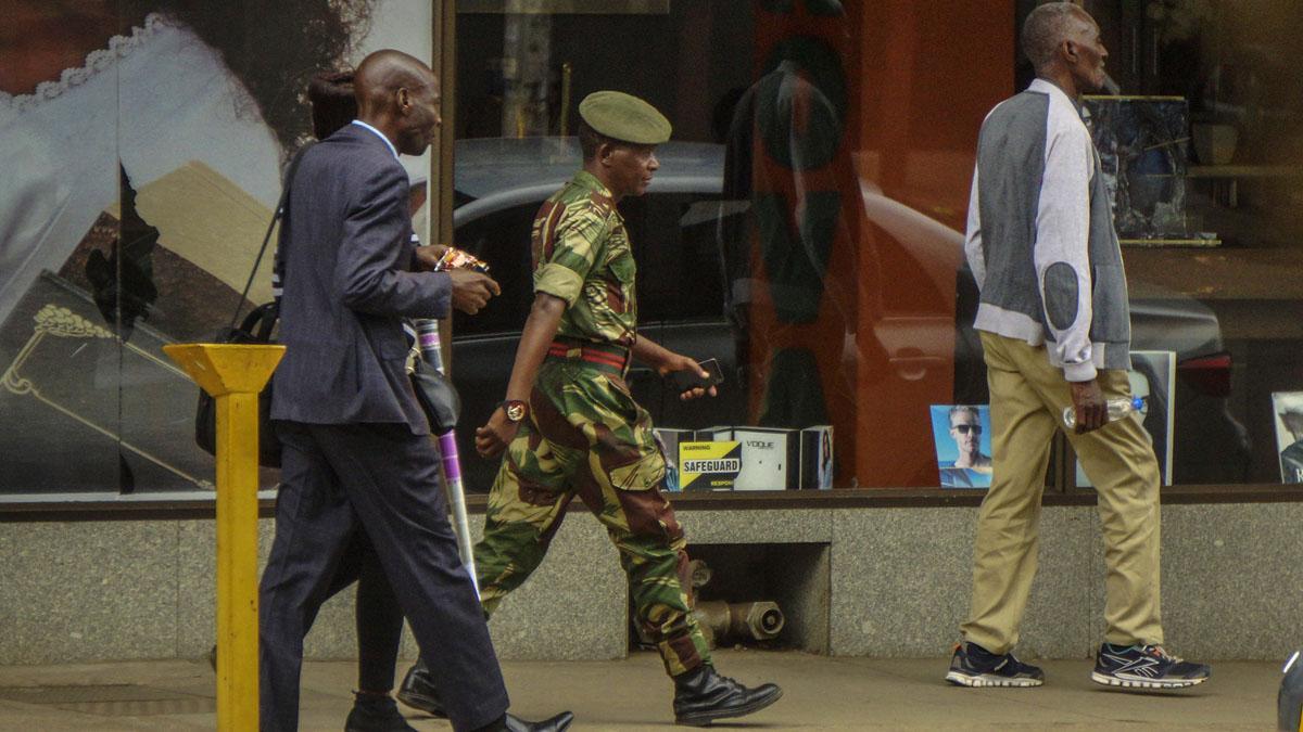 Presencia del ejército en las calles de Zimbabwe (Foto: AFP)