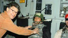 El hoy senador Al Franken manosea los pechos de Leeann Tweeden en el avión que los llevaba a Afganistán en 2006.