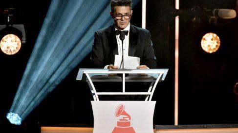 Alejandro Sanz recibe el homenaje como 'Persona del año' de los Grammy Latinos 2017. Foto: AFP