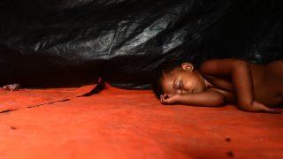 Un bebe rohingya duerme en una tienda del campo de refugiados de Thankhali, en Bangladesh. (AFP)