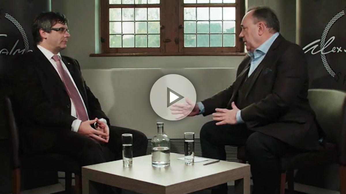 Carles Puigdemont y el ex líder independentista escocés Alex Salmond, quien lo entrevista en la cadena rusa RT.