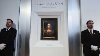 La obra 'Salvator Mundi' de Leonardo da Vinci custodiada en la casa de subastas Christie's.