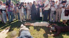 periodistas alrededor de los seis jesuitas y las dos domésticas asesinadas en 1989 en El Salvador.