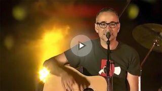 Obrint Pas canta 'La Flama' en Montjuic a favor del referéndum ilegal y por la independencia de los 'països catalans'.