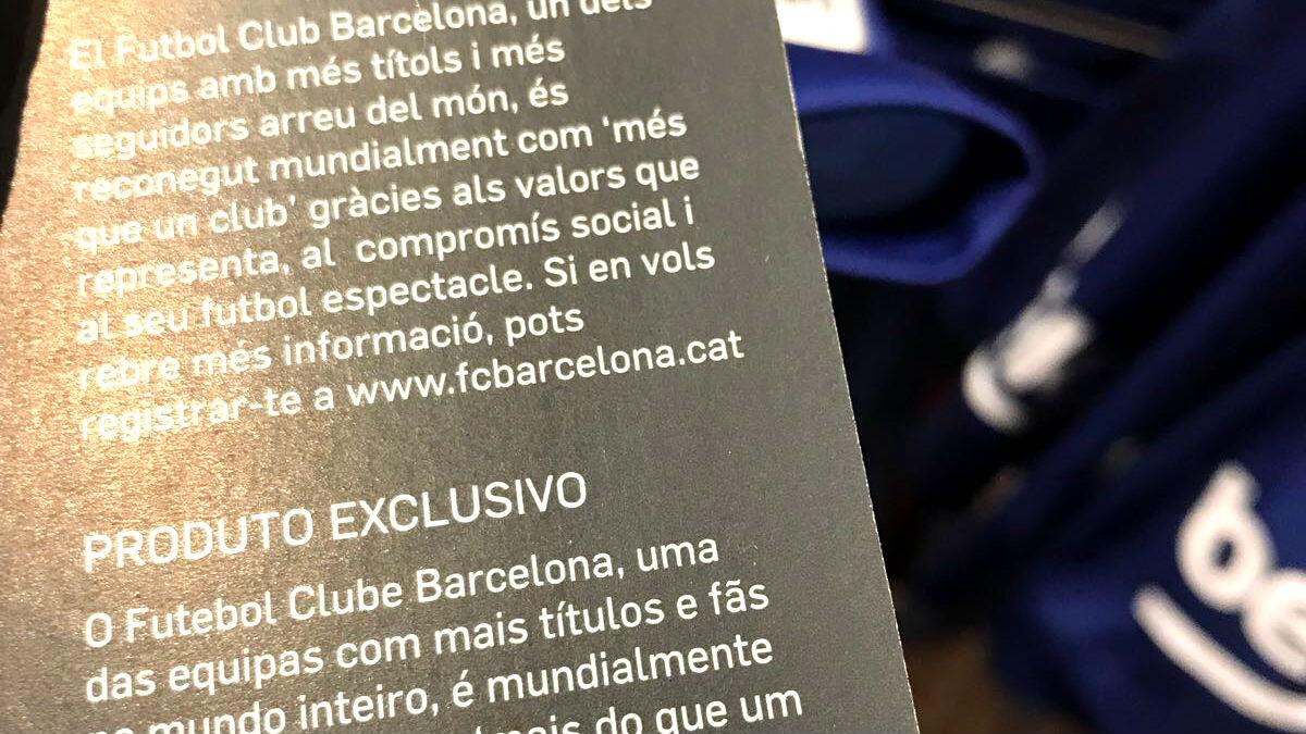 La etiqueta de la camiseta oficial del Barça, en catalán y portugués.
