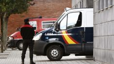 Furgón policial que traslada a 'La Manada' al juicio. (Foto: EFE)
