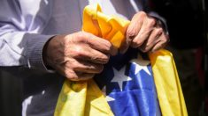 El ex alcalde de Caracas Antonio Ledezma sostiene una bandera de Venezuela. (Foto: AFP)