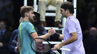 Goffin y Federer se saludan al término del choque. (AFP)