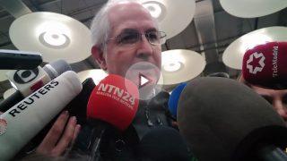 Antonio Ledezma atiende a los medios a su llegada a Madrid.