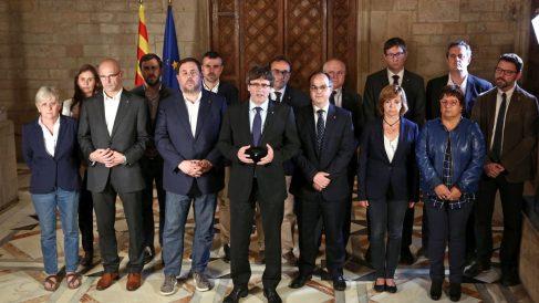 La foto original, en la que Santi Vila aparece situado entre Junqueras y Puigdemont.