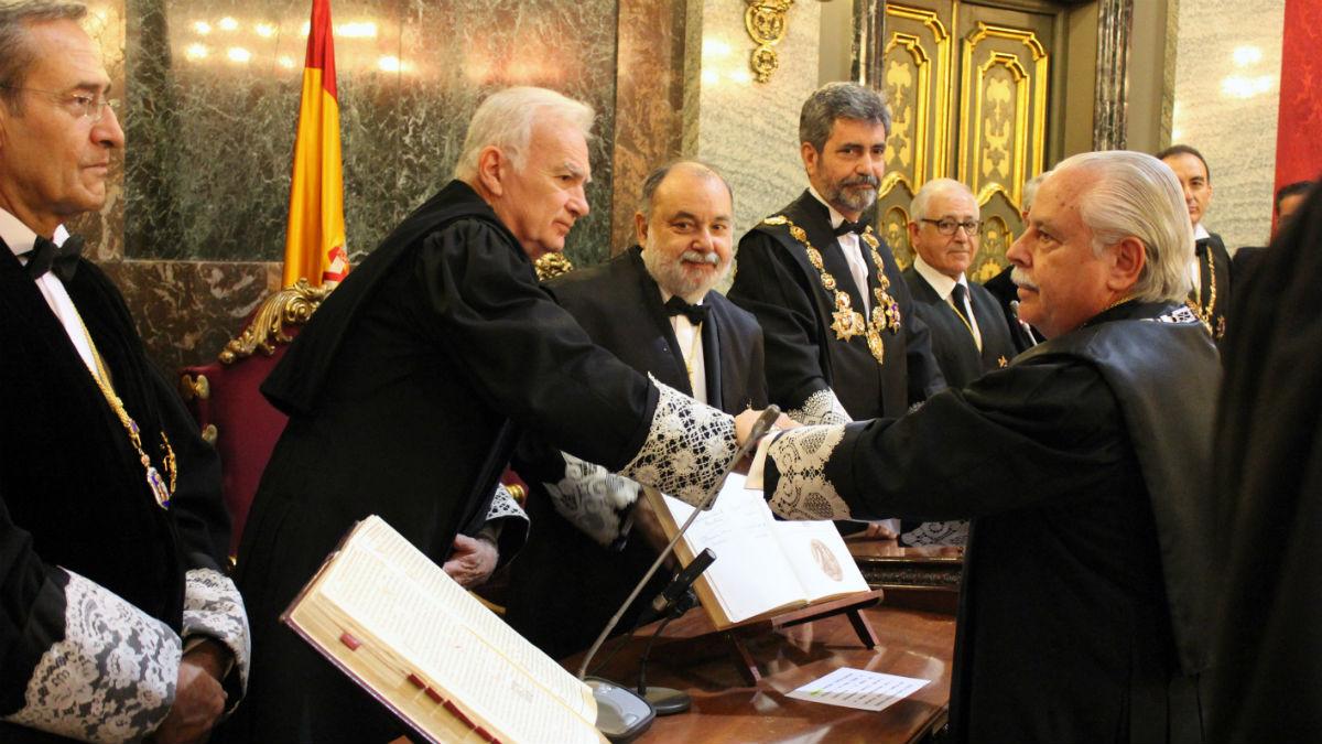 Luis Navajas (a la derecha), durante su toma de posesión como teniente fiscal del Supremo en Noviembre de 2014 (Foto: CGPJ).