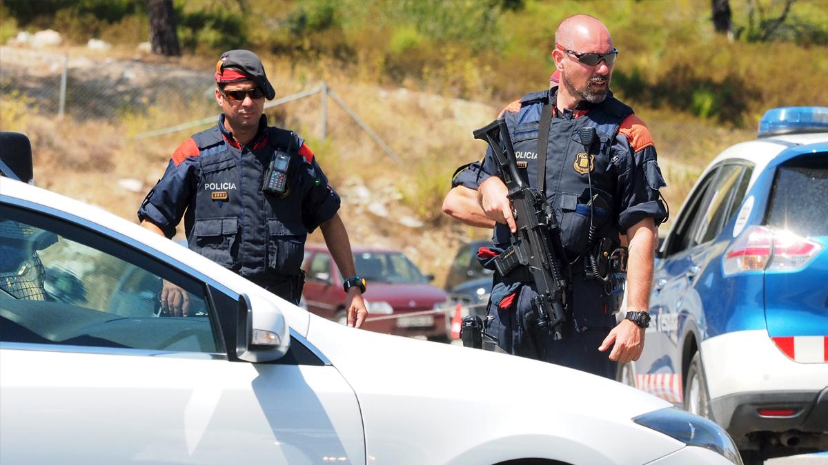 Mossos d'Esquadra en el peaje de La Junquera. (Foto: AFP)