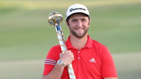 Jon Rahm posa con el trofeo de campeón en Dubai. (AFP)